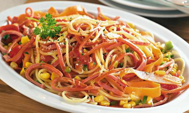 Almoço de Macarrão com salsicha de frango e legumes