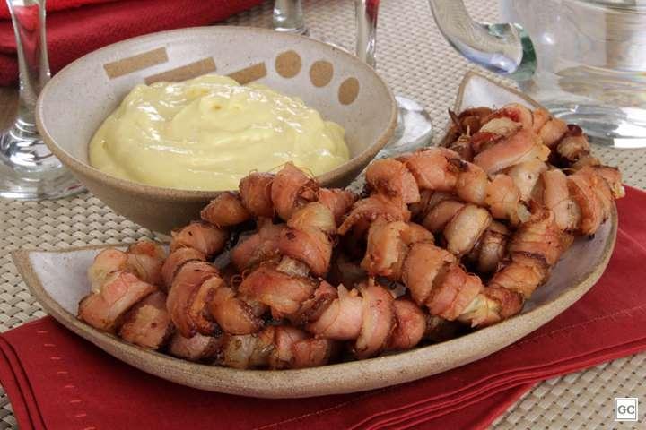 Anéis de cebola com bacon e molho de mostarda