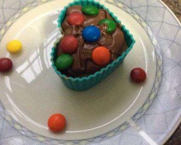 Cupcake de chocolate com decoração simples