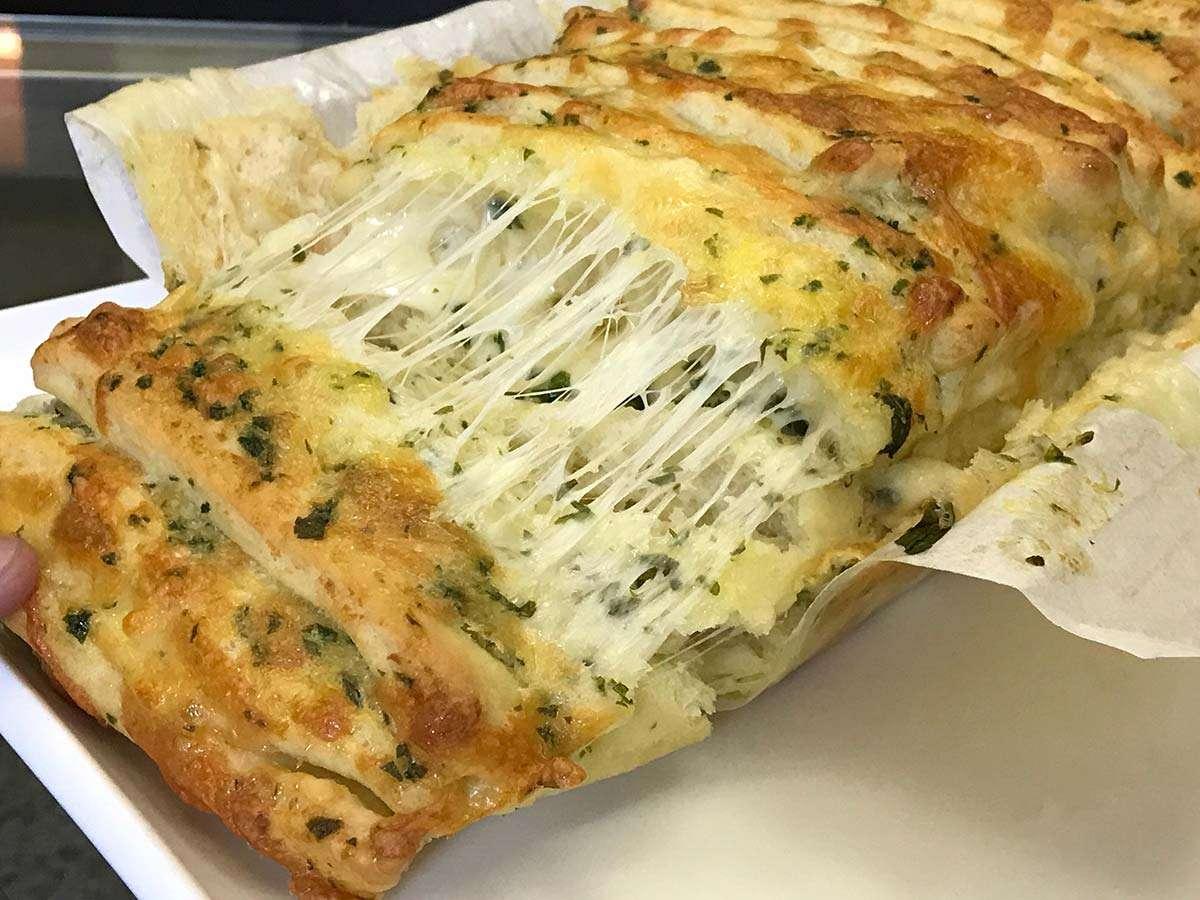 Pão recheado com costelinha ou manteiga, queijo e alho