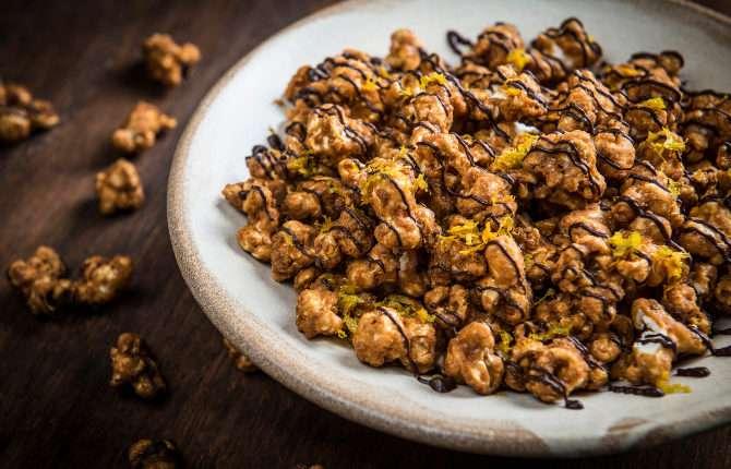 Receita de Pipoca Caramelada com Laranja e Chocolate