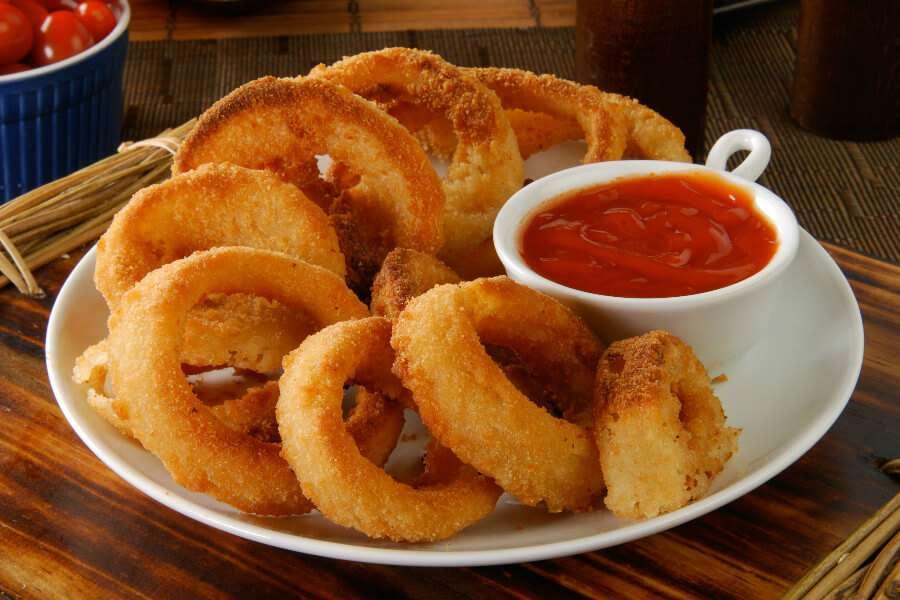 Receita de anéis de cebola simplificados com Ketchup Delicioso