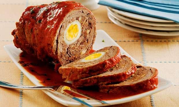 Rocambole de carne com ovos