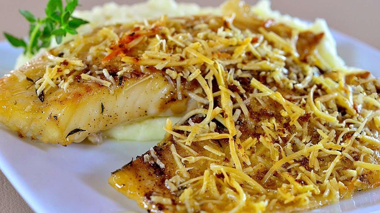 Tilápia assada com crosta de parmesão e limão
