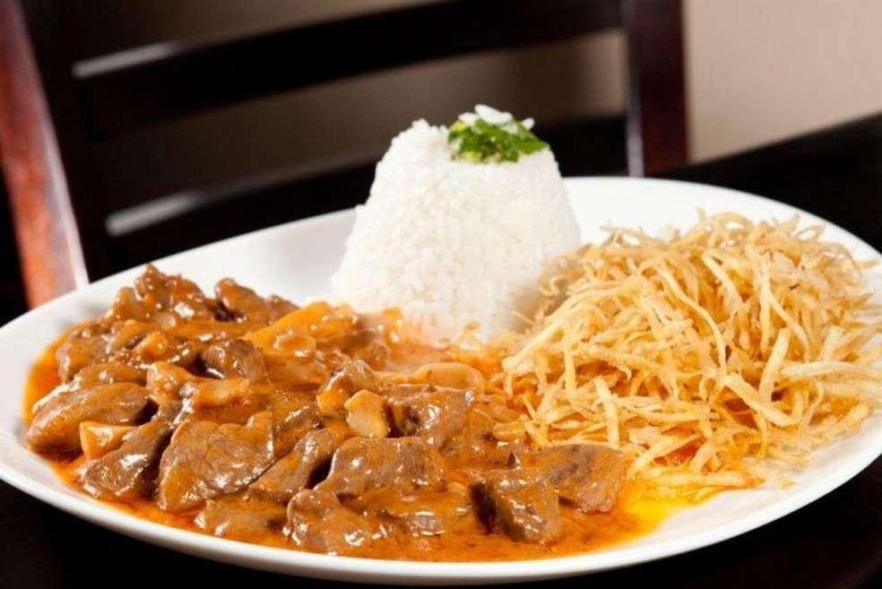 Almoço Rápido de Estrogonofe de Carne com Cenoura