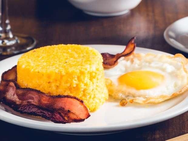 Receita de Cuscuz de milho com bacon e ovo caipira