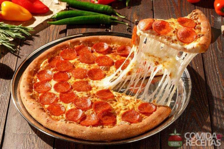 Receita de Pizza de Pepperoni na Fritadeira Elétrica