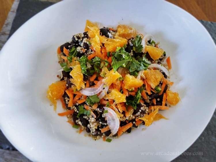 Receita de salada de quinoa, feijão preto e laranja