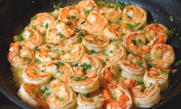 Receita rápida de camarões refogados na manteiga e alho