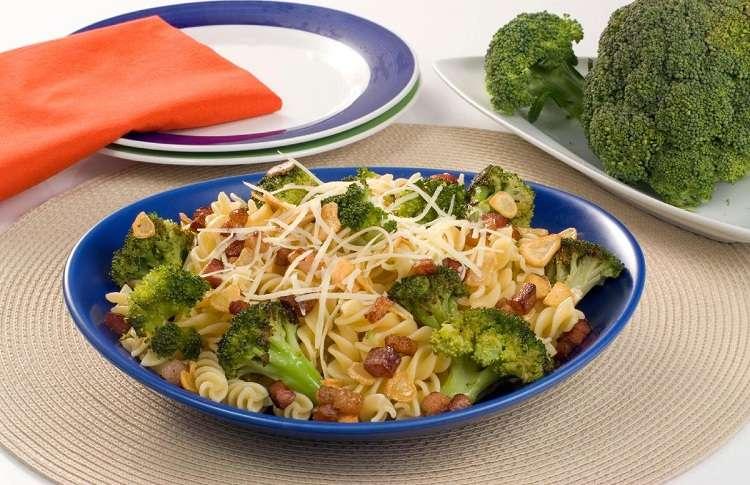 Receita de Macarrão parafuso com brócolis e bacon