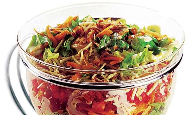 Receita de Salada colorida com bacon e batata palha