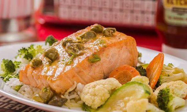 Receita de Salmão grelhado com legumes salteados e arroz