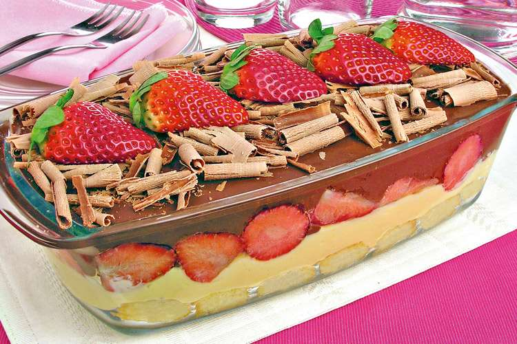 Receita de pavê rápido de morango com chocolate delicioso