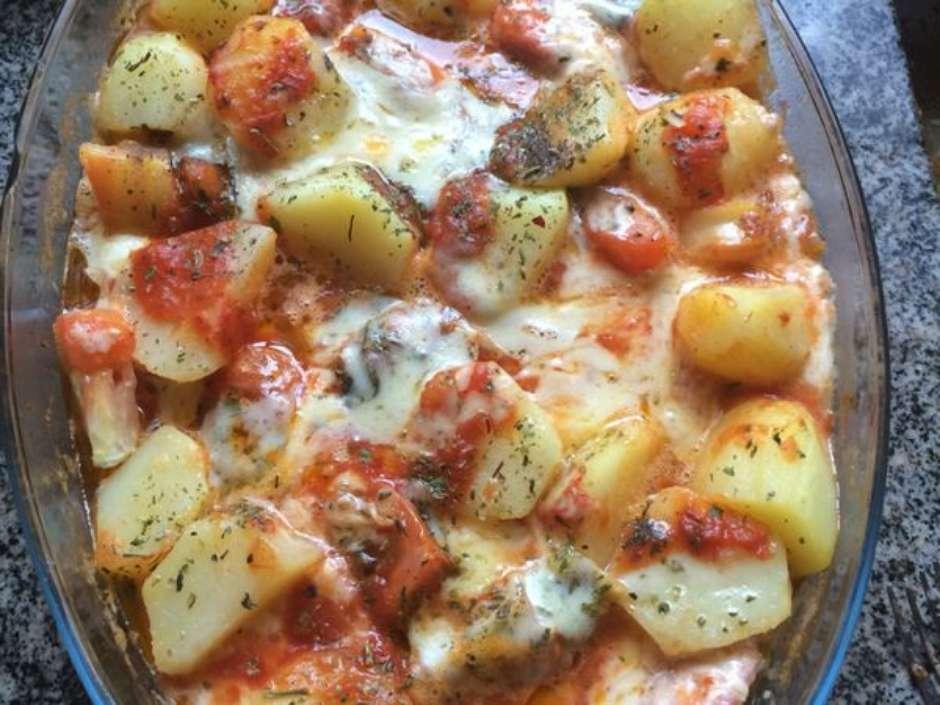 Receita de Linguiça com Batata no Forno para Almoço Fácil