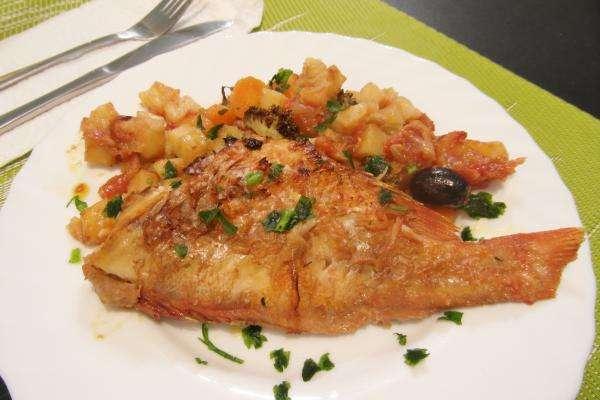Receita de Peixe vermelho assado no forno com legumes