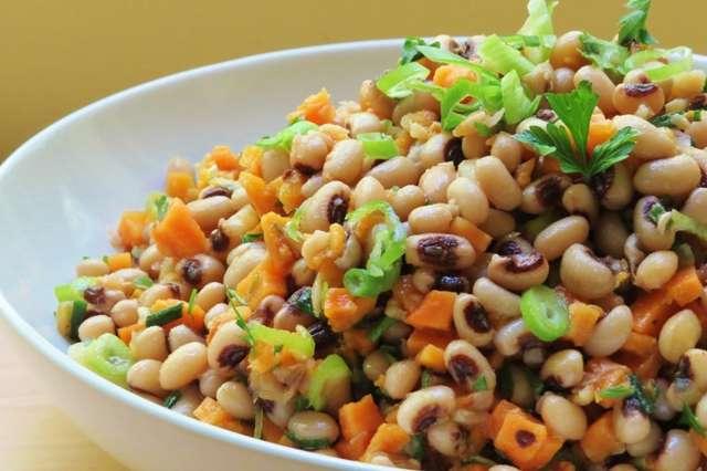 Receita de Salada de Feijão Fradinho Com Vegetais e Bacon