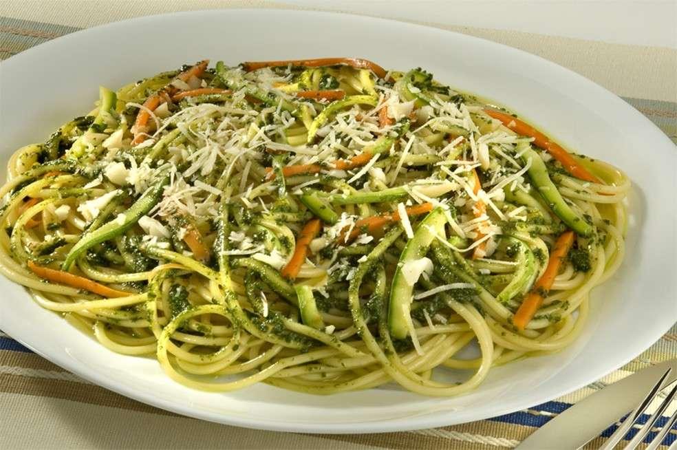 Receita de Spaghetti ao Pesto de Manjericão com Legumes Sauté