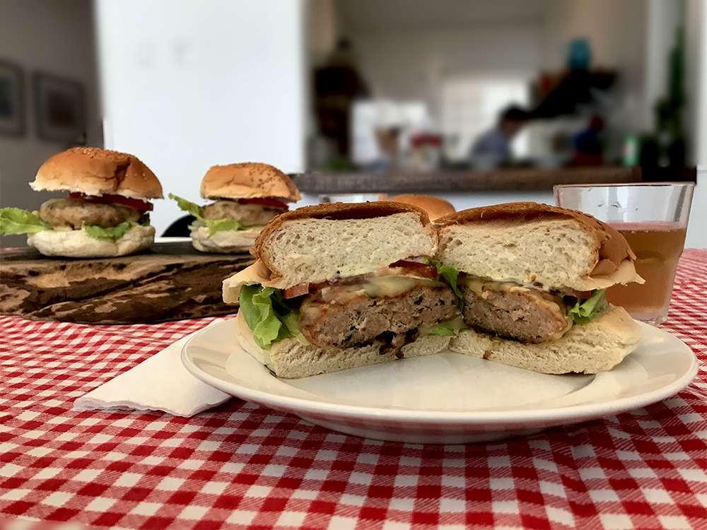 Receita de hambúrguer com carne moída suína Dália e maionese de salsinha