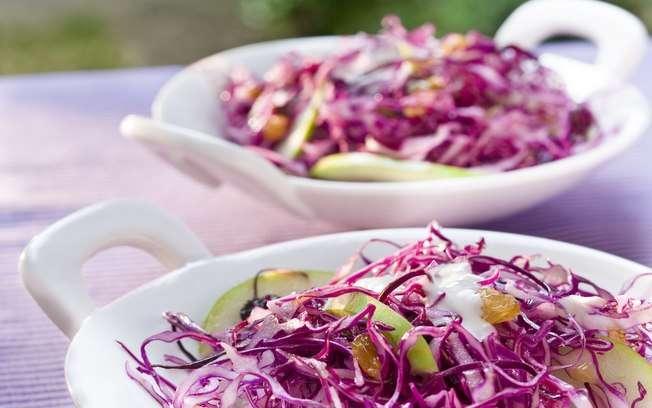 Receita de Salada de repolho roxo com maçã verde e uva passa
