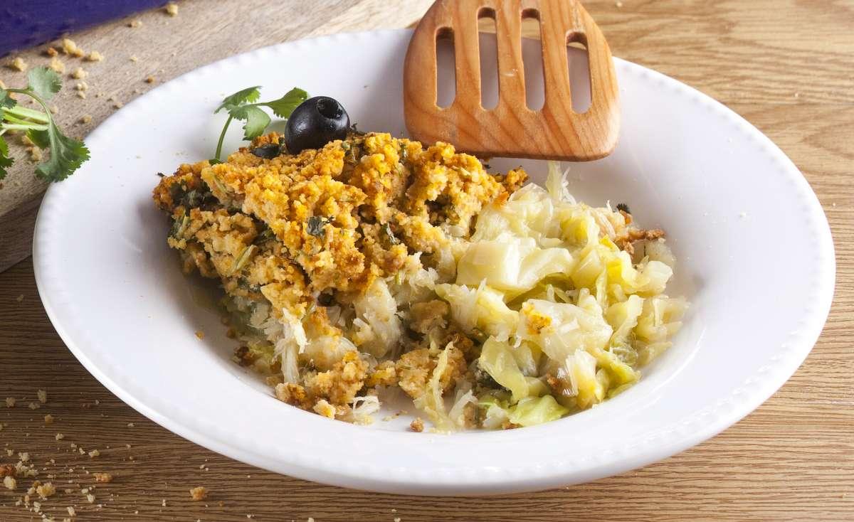 Receita de Bacalhau com broa de milho e couve-lombarda