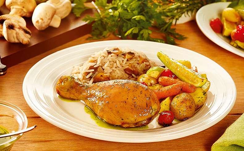 Receita de Coxa de frango assada com legumes e azeite de ervas e arroz com cogumelos