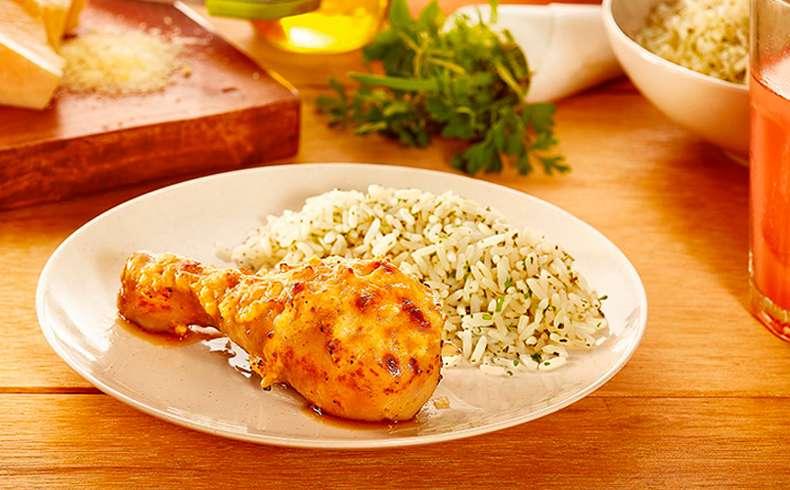 Receita de Coxa de frango assada com parmesão e creme de cebola caseiro e arroz branco com ervas