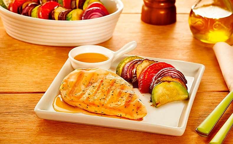 Receita de Filé de frango grelhado com molho de laranja e legumes assados