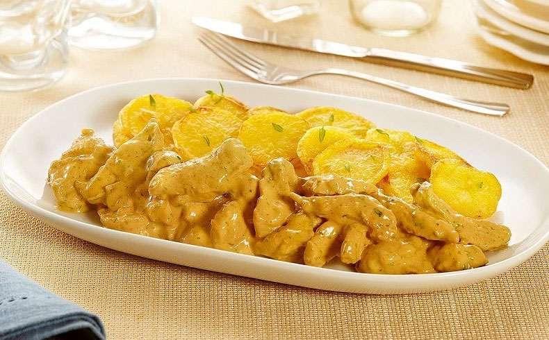 Receita de Iscas de frango com molho cremoso de mostarda e batatas Assadas