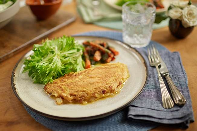 Receita de Omelete de cebola e bacon com salada e cenoura assada