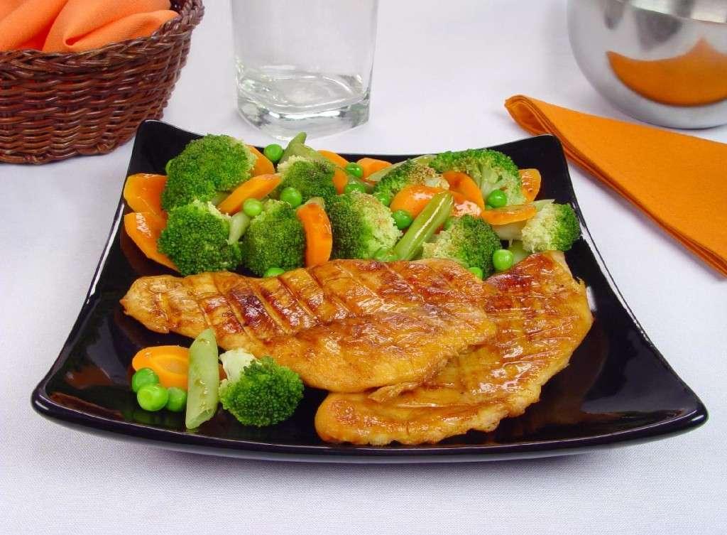 Receita de Peito de frango com brócolis e cenoura