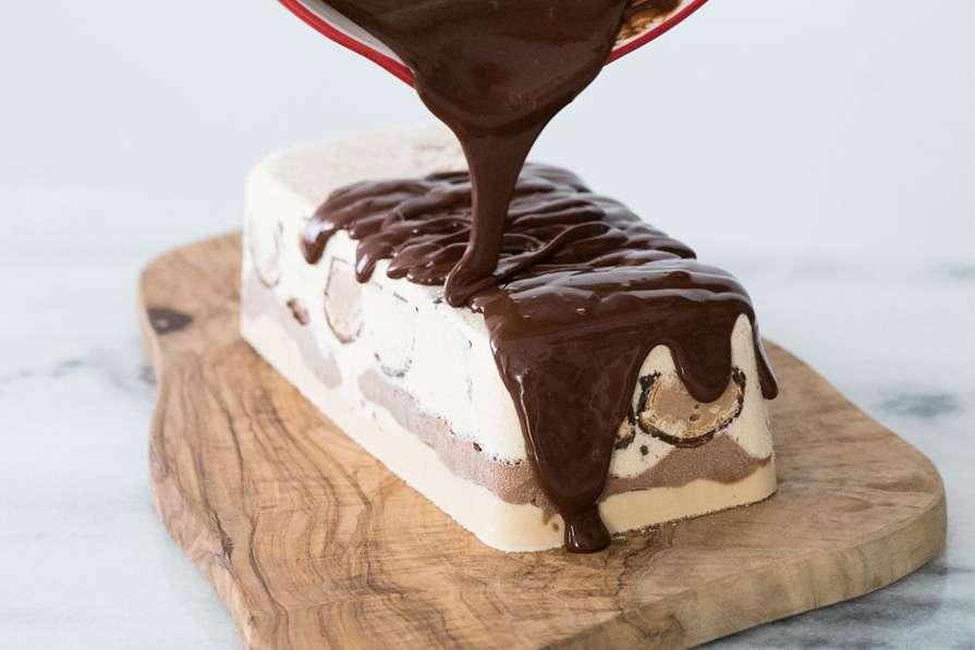 Receita de Torta Gelada de Sorvete com Bombom e Calda de Chocolate