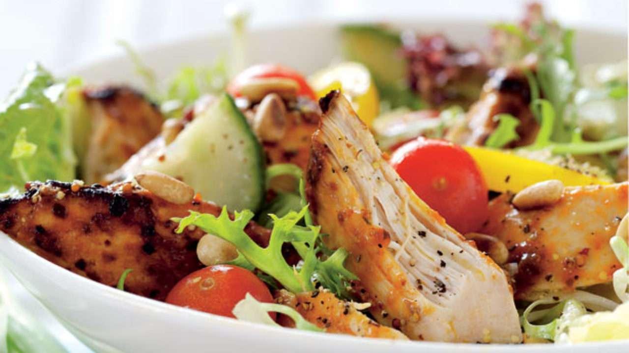 Receita de salada fit com frango desfiado
