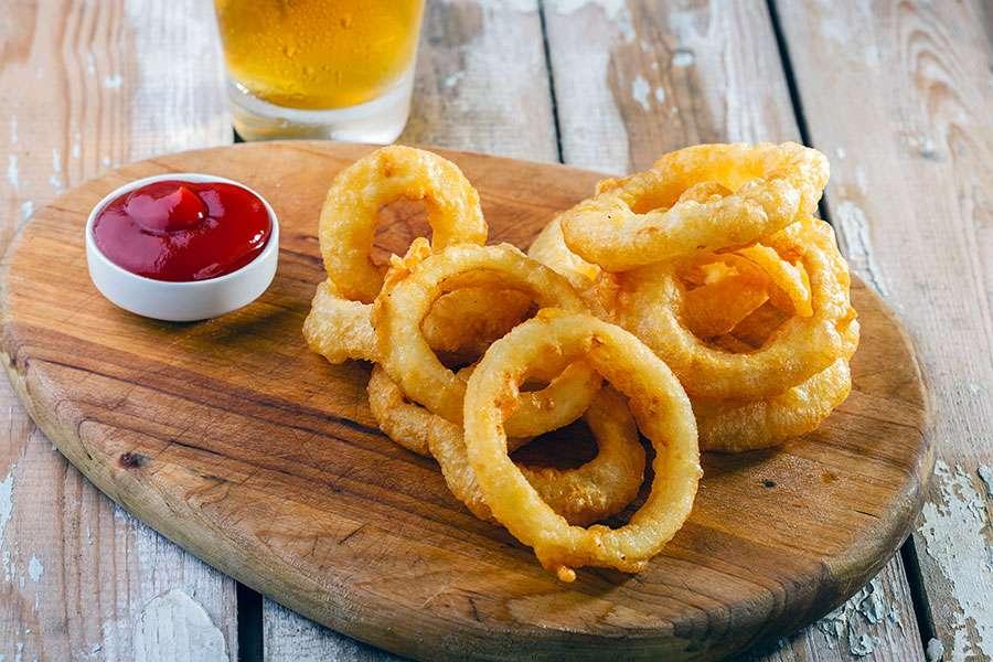 Receita de Anéis de cebola Empanado servidos com molho de ketchup