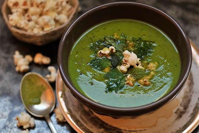 Sopa de ervilha fresca com hortelã e pipoca