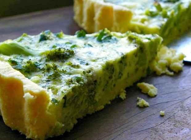 Jantar rápido e saudável de Quiche de Brócolis com Massa de Grão de Bico