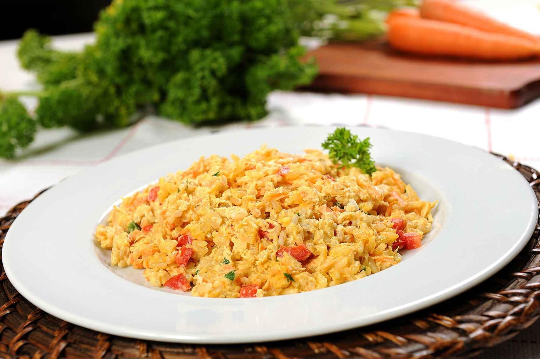 Jantar rápido e saudável de Risoto de Arroz integral com Frango Desfiado