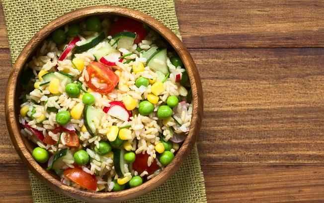 Jantar rápido e saudável de Sala de Arroz integral com Frutas Secas
