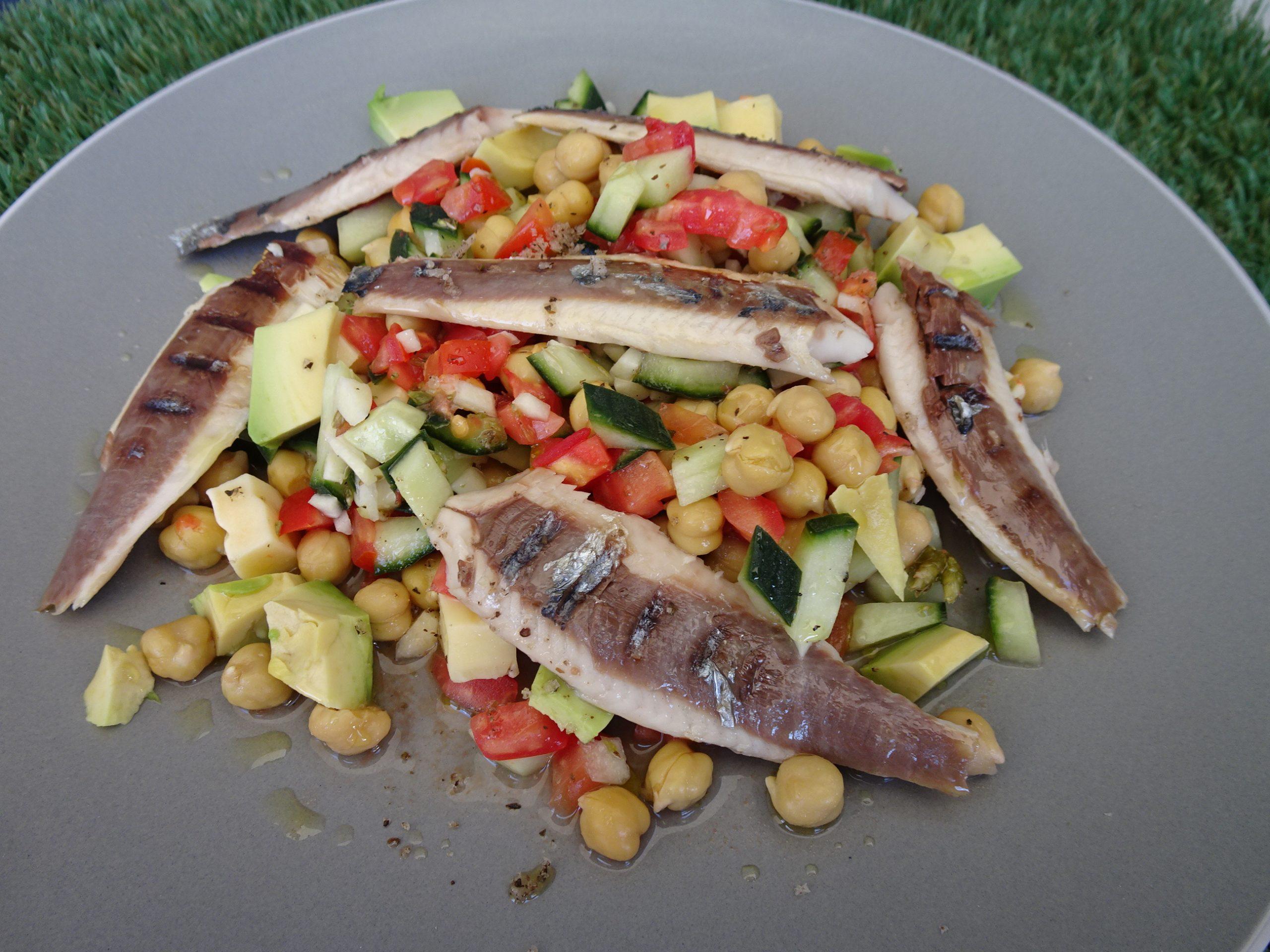Jantar rápido e saudável de Salada Grega com Sardinha