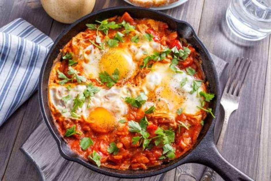Jantar rápido e saudável de Shakshuka de Ovo Low Carb