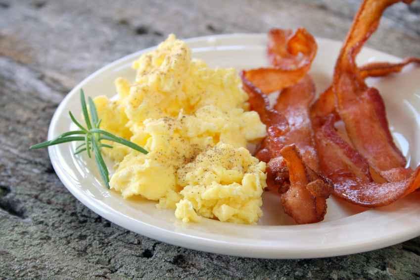 Receita de Ovos Mexidos com Bacon Delicioso