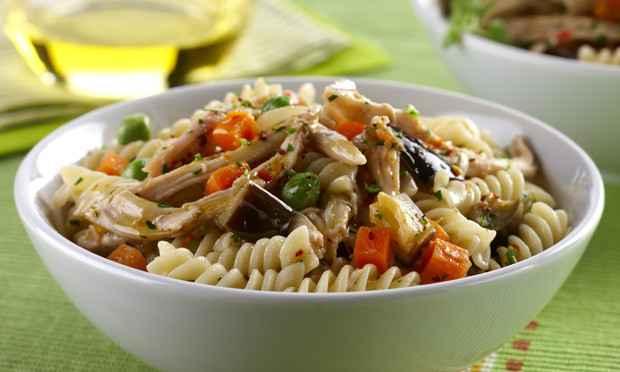 Receita de Salada de Frango com Macarrão e Legumes