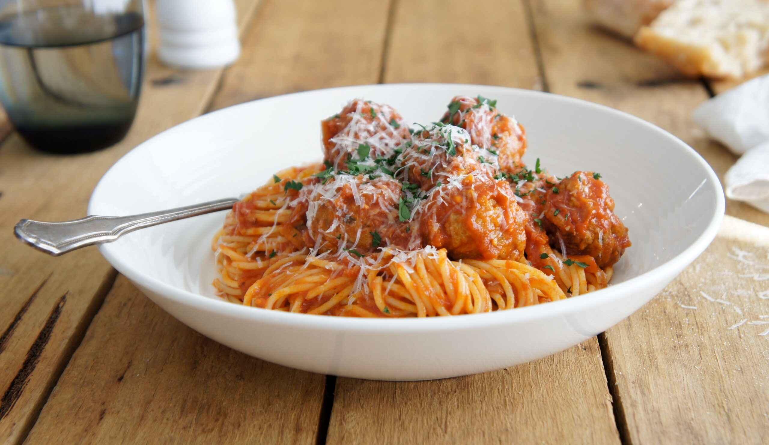 Janta rápida e Fácil de almôndegas com esparguete